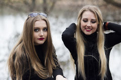 Dos muchachas hermosas con el pelo rubio fotos de archivo libres de regalías
