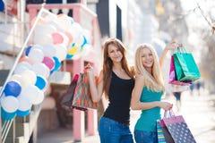 Dos muchachas hermosas con los panieres coloridos Fotografía de archivo