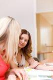 Dos muchachas hermosas discuten el compartimiento Imagen de archivo libre de regalías