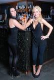 Dos muchachas hermosas en barra Foto de archivo