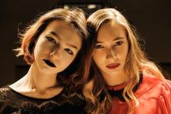 Dos muchachas hermosas en el cuarto de billar imagen de archivo