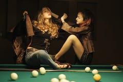 Dos muchachas hermosas en el cuarto de billar fotos de archivo libres de regalías