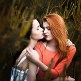 Dos muchachas hermosas en el fondo de las FO spruce Fotos de archivo