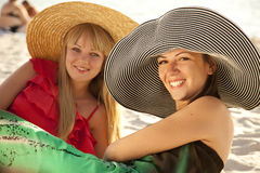 Dos muchachas hermosas en la playa Foto de archivo