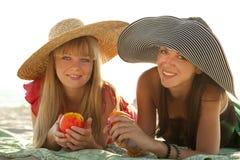 Dos muchachas hermosas en la playa Imágenes de archivo libres de regalías