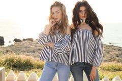 Dos muchachas hermosas en la presentación de la ropa casual al aire libre Imagenes de archivo