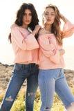 Dos muchachas hermosas en la presentación de la ropa casual al aire libre Imágenes de archivo libres de regalías
