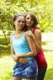 Dos muchachas hermosas en parque imagen de archivo
