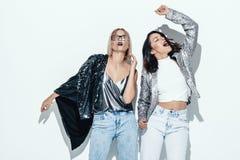 Dos muchachas hermosas en ropa fresca brillante Fotografía de archivo libre de regalías