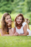 Dos muchachas hermosas que cuelgan en el parque Foto de archivo