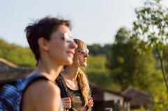 dos muchachas hermosas que disfrutan de la visión, llevando las gafas de sol Imágenes de archivo libres de regalías