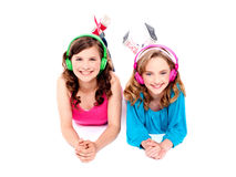 Dos muchachas hermosas que mienten en suelo Imágenes de archivo libres de regalías