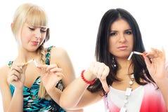 Dos muchachas hermosas que rompen cigaretts Fotografía de archivo