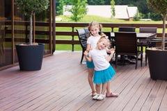Dos muchachas hermosas que se divierten al aire libre imagenes de archivo