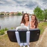 Dos muchachas hermosas que toman un selfie Foto de archivo libre de regalías