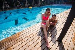 Dos muchachas hermosas que toman un selfie al lado de piscina Imagen de archivo