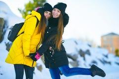 Dos muchachas hermosas se colocan de lado a lado, amor informal, lgbt foto de archivo libre de regalías