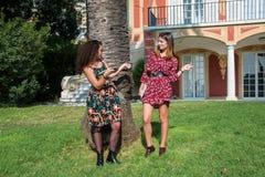 Dos muchachas hermosas son de risa y que se ríen alguien imagen de archivo libre de regalías