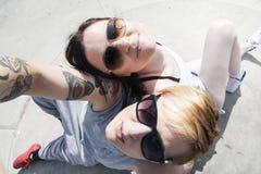Dos muchachas jovenes de mirada naturales de los mejores amigos Foto de archivo libre de regalías