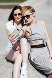 Dos muchachas jovenes de mirada naturales de los mejores amigos Fotos de archivo