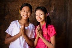 Dos muchachas jovenes de Myanmar en postura que da la bienvenida Imagen de archivo libre de regalías