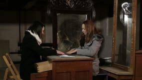 Dos muchachas juegan a un juego místico metrajes