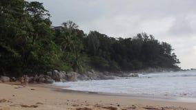 Dos muchachas lindas caminan abajo de la playa juntas almacen de metraje de vídeo