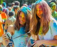 Dos muchachas lindas celebran festival indio del holi con dolor colorido Fotografía de archivo libre de regalías