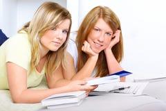 Dos muchachas lindas que aprenden con los libros Imagenes de archivo