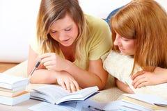 Dos muchachas lindas que aprenden con los libros Imágenes de archivo libres de regalías