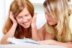 Dos muchachas lindas que aprenden con los libros Fotografía de archivo libre de regalías