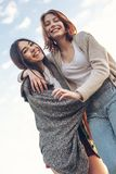 Dos muchachas lindas que caminan al aire libre Imagen de archivo