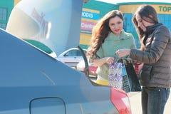 Dos muchachas lindas van a hacer compras Fotografía de archivo libre de regalías
