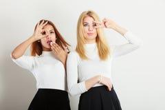 Dos muchachas locas que juegan alrededor junto Fotos de archivo libres de regalías