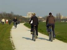 Dos muchachas montan las bicis Imagen de archivo libre de regalías