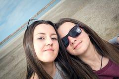 Dos muchachas por el mar Foto de archivo