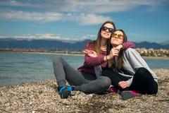 Dos muchachas por el mar Foto de archivo libre de regalías
