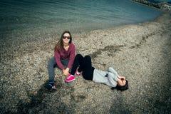 Dos muchachas por el mar Fotografía de archivo libre de regalías