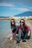 Dos muchachas por el mar Imágenes de archivo libres de regalías