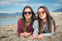 Dos muchachas por el mar Imagen de archivo libre de regalías