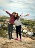 Dos muchachas por el mar Fotos de archivo libres de regalías