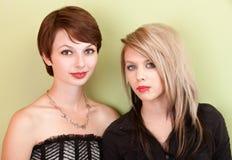 Dos muchachas punkyes adolescentes serias Imagen de archivo libre de regalías