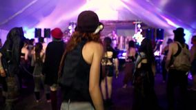 Dos muchachas que bailan en la muchedumbre durante un concierto de la música tradicional metrajes
