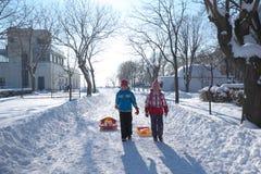 dos muchachas que caminan en jardín del mar en invierno Imagenes de archivo