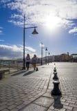 Dos muchachas que caminan más allá del puerto del puerto Imagen de archivo libre de regalías