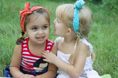 Dos muchachas que comparten secretos Fotos de archivo