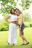 Dos muchachas que cuelgan hacia fuera en parque Imagen de archivo