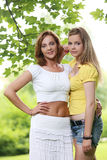 Dos muchachas que cuelgan hacia fuera en parque Fotografía de archivo libre de regalías