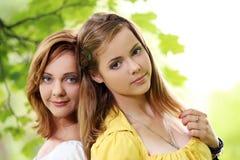 Dos muchachas que cuelgan hacia fuera en parque Imagenes de archivo