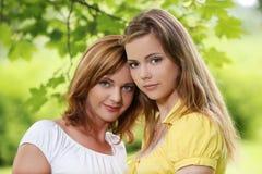 Dos muchachas que cuelgan hacia fuera en parque Foto de archivo libre de regalías